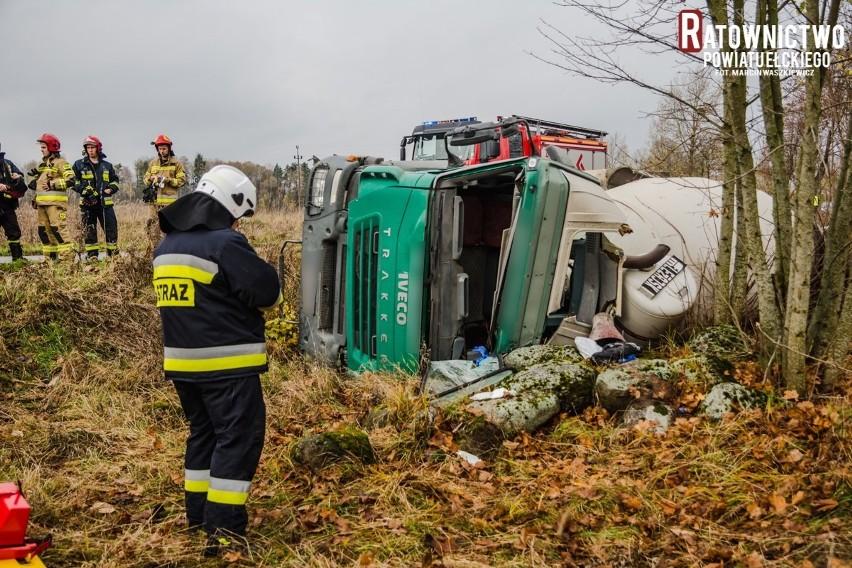 Powiat Ełcki. Betoniarka wywróciła się do rowu. Kierowca uwięziony w kabinie (zdjęcia)