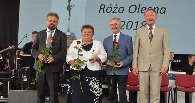Na zdjęciu laureaci Róży Olesna oraz burmistrz miasta. Od lewej: Artur Kniejski, Anna Meryk, Ernest Hober oraz Sylwester Lewicki.