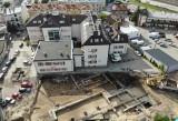 Podczas przebudowy ulicy Fredry w Rzeszowie robotnicy natrafili na pozostałości fundamentów dawnej fabryki cukierków [ZDJĘCIA]
