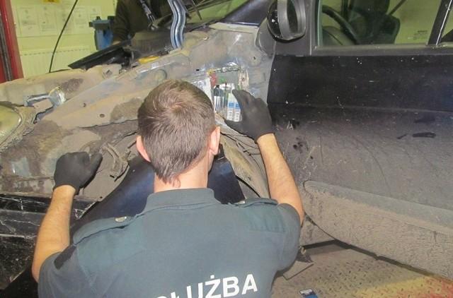 Na 460 paczek papierosów natrafili funkcjonariusze Oddziału Celnego w Medyce podczas kontroli  ukraińskiego autokaru relacji Dniepr- Koblenz. Towar ukryty był w podłodze pojazdu. Do próby przemytu przyznał się kierowca autokaru, który złożył wniosek o dobrowolne poddanie się odpowiedzialności i tytułem grożącej kary  grzywny wpłacił 7500 złotych. Tego samego dnia, funkcjonariusze Oddziału Celnego w Medyce udaremnili kolejną próbę przemytu papierosów w autokarze jadącym ze Lwowa do Legnicy. Tym razem do ukrycia tytoniowej kontrabandy (300 paczek) posłużył znajdujący się w autokarze  zbiornik na wodę. Także w tym przypadku do przemytu przyznał się kierowca autokaru, obywatel Ukrainy, który poddał się dobrowolnie karze i  tytułem grzywny wpłacił 3500 złotych.