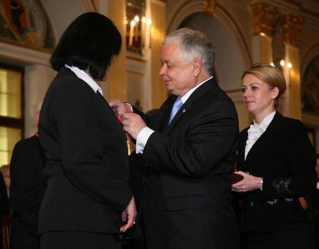 Anna Bogucka-Skowrońska odbiera odznaczenie z rąk prezydenta Kaczyńskiego.