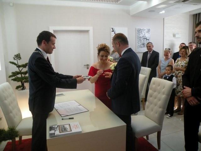 Pierwszego ślubu w nowym Urzędzie Stanu Cywilnego udzielił burmistrz Miasta i Gminy Białobrzegi Adam Bolek, a ślub brali Jadwiga Wójcik i Grzegorz Jasiak.