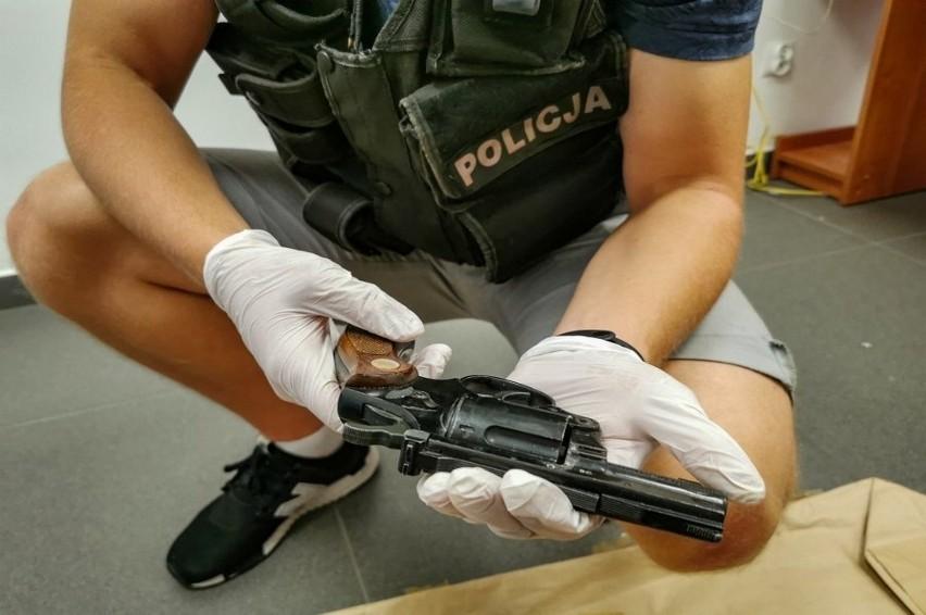 Podlascy policjanci wspólnie z funkcjonariuszami KAS odzyskali przedmioty o znacznej wartości historycznej