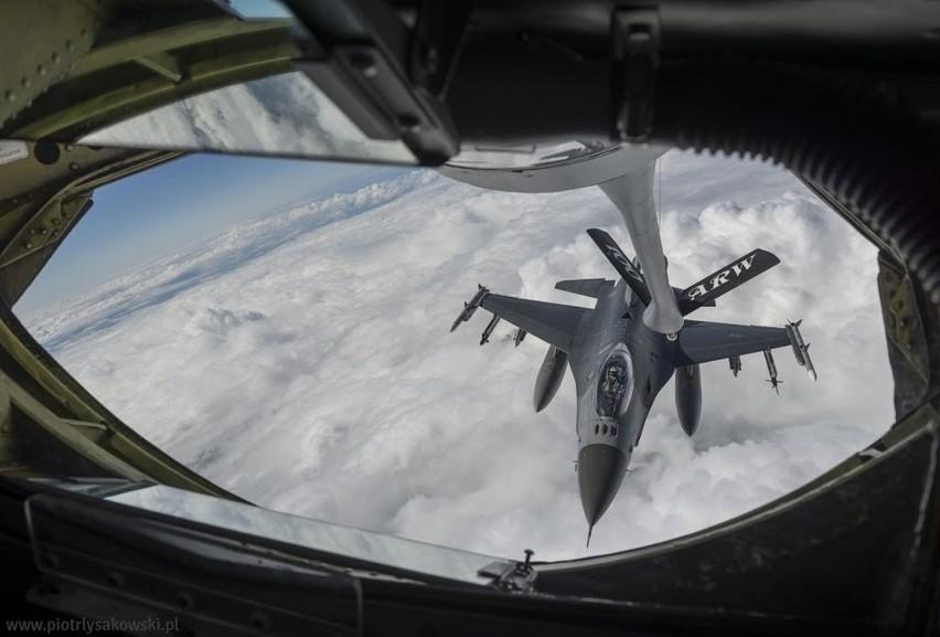 Ćwiczenia lotnicze Eagle Talon na pokładzie tankowca z Powidza
