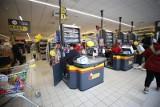 Tyle zarabiają pracownicy na kasach. Oto stawki w Lidlu, Biedronce, Auchan, Aldi, Netto [stawki]