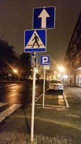 Znak na znaku w strefie płatnego parkowania w Rzeszowie