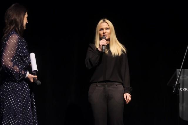 """Katarzyna Bujakiewicz opublikowała na Instagramie swoje stare zdjęcie, które wywołało furorę w sieci. Kasia na fotce ma imponujący dekolt, od którego nie można wprost oderwać oczu! W komentarzach pod seksowną fotką nie zabrakło słów komplementów od jej fanów, którzy uznali, że ich ulubienica jeszcze wypiękniała przez te lata. Kasia zdobyła szerokie grono fanów, gdy w 2000 roku dołączyła do obsady serialu """"Na dobre i na złe"""". Aktorka wrzuca do internetu wiele zdjęć, na których chwali się swoją figurą. Trzeba przyznać, że wygląda znakomicie. ZOBACZ ZDJĘCIA - KLIKNIJ DALEJ"""