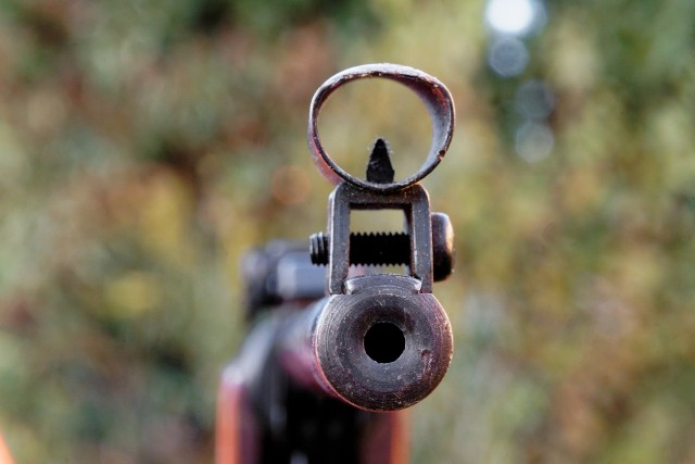 Chłopak przyznał, że kilka dni wcześniej kupił broń na portalu internetowym.