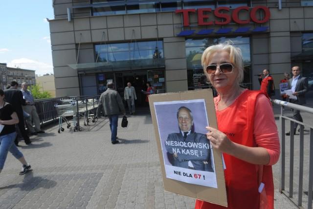 Tesco sądzi się ze związkowcemZwiązkowcy protestują przeciw zwolnieniom w Tesco pod marketami. Rządzącym zarzucają, że wydłużenie wieku emerytalnego oznacza tylko więcej bezrobotnych.