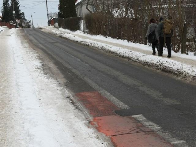 Część kontrapasa przy ul. Chodkiewicza zakryta jest warstwą śniegu. Rowerzyści mogą jednak jeździć tam jezdnią.