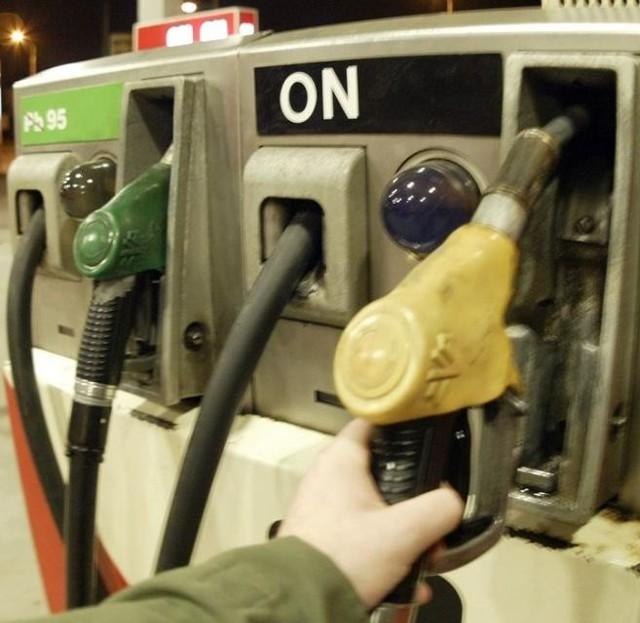 """Najtańsza benzyna """"95"""" jest nadal w Stąporkowie, kierowcy mogą ją zatankować na stacji """"EMEKS"""" przy ulicy Piłsudskiego."""
