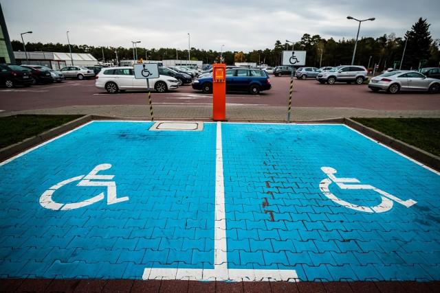 Wręczenie łapówki będzie kosztowało kobietę więcej niż mandat za parkowanie na kopercie dla niepełnosprawnych.