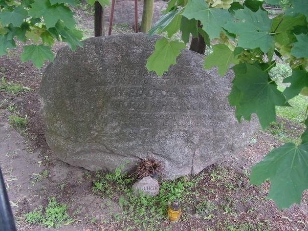 Głaz upamiętniający zaginionych taterników, alpinistów i himalaistów na Cmentarzu Zasłużonych Wielkopolan w Poznaniu