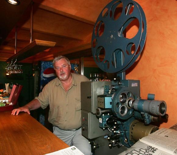Strzałem w dziesiątkę okazało się otwarcie w 2002 roku kiniarni, w której filmy pokazywane są na starych projektorach. Na zdjęciu współwłaściciel Pioniera Jerzy Miśkiewicz.