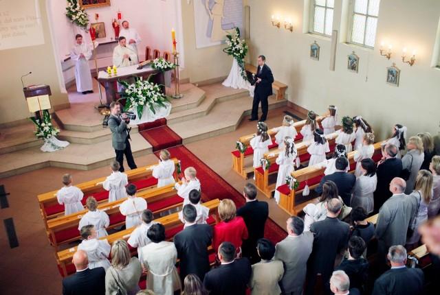 Z powodu zagrożenia koronawirusem przeprowadzenie uroczystości pierwszokomunijnych w kościołach jest niemożliwe.