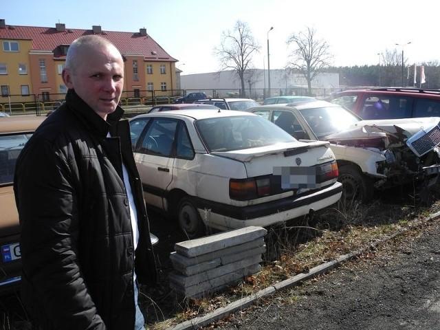 Dariusz Dawczak wystawił faktury za samochody, których nikt nie odebrał i zalegają na parkingu od wielu lat. Jest ich około 50. – Za tę usługę starostwo powinno mi zapłacić blisko 800 tysięcy złotych – mówi pan Darek.