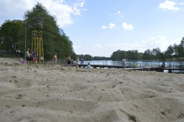 Letnia pogoda sprawiła, że na plaży w Kłodawie pojawili się pierwsi wypoczywający.