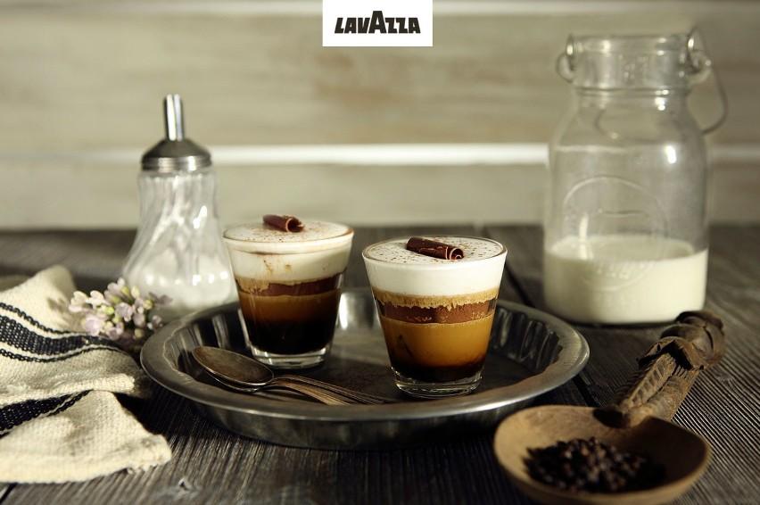Marocchino Fondente SKŁADNIKINa 1 porcję•1 espresso•wiórki ciemnej czekolady •gorzkie kakao w proszku•czarny pieprz mielony•gorąca, mleczna piankaPRZYGOTOWANIEW małej filiżance, najlepiej szklanej dla lepszego efektu, zaparz espresso. Dodaj wiórki czekoladowe (ilość w zależności od preferencji smakowych), posyp obficie proszkiem kakaowym, dodając na koniec szczyptę pieprzu. Spień gorące mleko i udekoruj kawę mleczną pianką, wlewając ją powoli, tak by do kawy wlać możliwie jak najmniej samego mleka. Na koniec całość posyp raz jeszcze kakaowym proszkiem i udekoruj pozostałymi wiórkami czekolady. Wypróbuj ten przepis z kawą Lavazza Qualità Rossa.