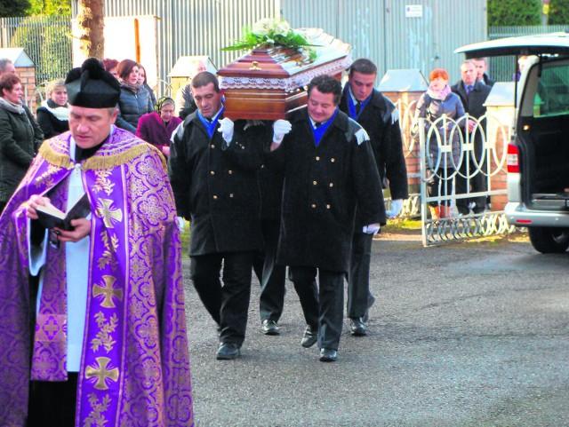 Kondukt żałobny wyruszył wczoraj po południu z kościoła w parafii Najświętszej Marii Panny Szkaplerznej na cmentarz. W ostatniej drodze towarzyszyła Romanowi P. garstka znajomych.