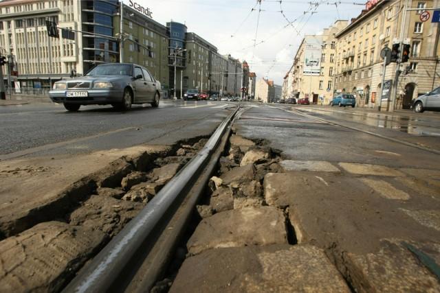 Zniszczone torowisko na ul. Piłsudskiego przy skrzyzowaniu ze Świdnicką