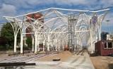 Budowa trasy W-Z: Na przystanku przesiadkowym montują witrażowy dach [ZDJĘCIA]