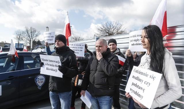 Rzeszowscy taksówkarze protestują przeciwko obostrzeniom! Żądają otworzenia gospodarki.