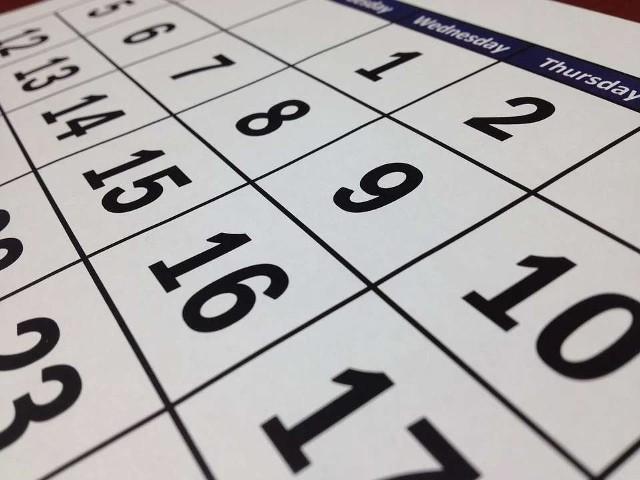 Choć przed młodzieżą szkolną jeszcze miesiąc wakacji, wielu już myśli o powrocie do szkoły, a tym samym o dniach, które będą wolne od zajęć lekcyjnych. Sprawdzamy, jak wygląda tegoroczny kalendarz szkolny, jak wypadają dni wolne.  Szczegóły na kolejnych zdjęciach >>>>