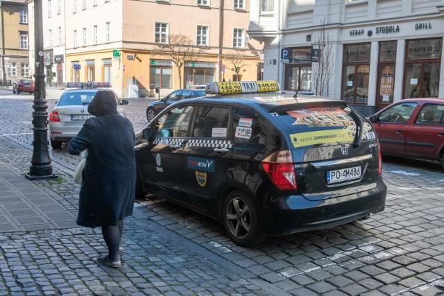 Z postulatem ustalenia wyższych cen maksymalnych wystąpili przedstawiciele taksówkarzy. Zwrócili uwagę na stale rosnące koszty prowadzenia swojej działalności. Wzrosło właściwie wszystko, poza ceną paliw. Cena maksymalna oznacza, że taksówkarz więcej nie może zażyczyć sobie za przejazd