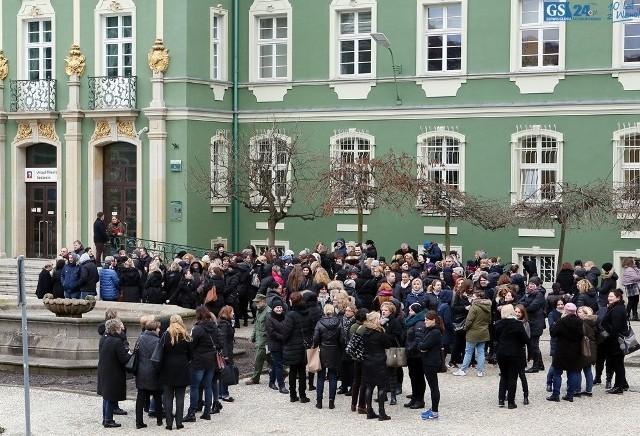 W marcu 2017 około 200 pracowników MOPR protestowało pod urzędem miejskim.