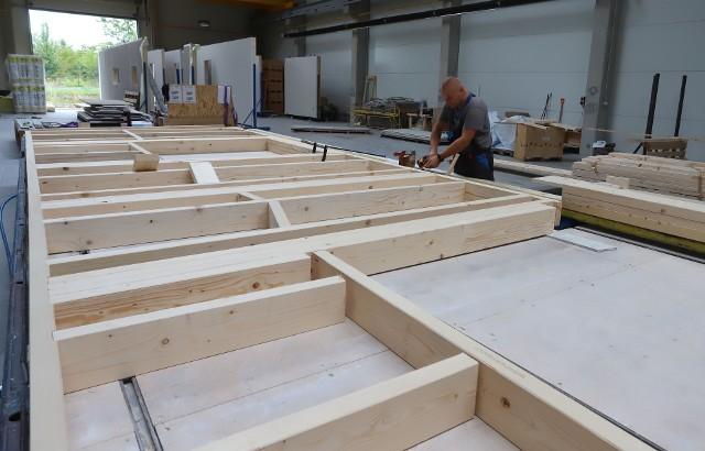 Firma Domy.Expert produkuje domy w systemie prefabrykacji w konstrukcji opartej na drewnie.Siedzibę ma w Wierzbicy.