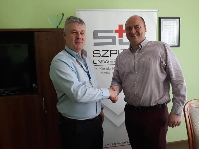 Prof. Paweł Golusiński (po prawej) z prezesem szpitala drem Markiem Działoszyńskim