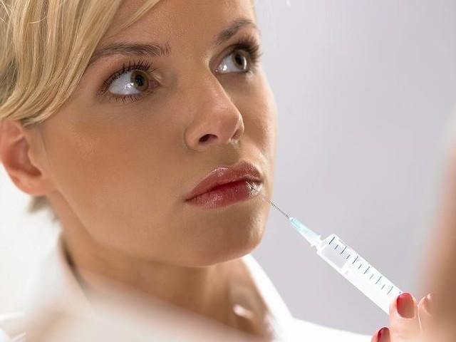 Botoks święciu triumfy w kosmetyce. Używa się go, np. do wypełniania zmarszczek wokół ust.
