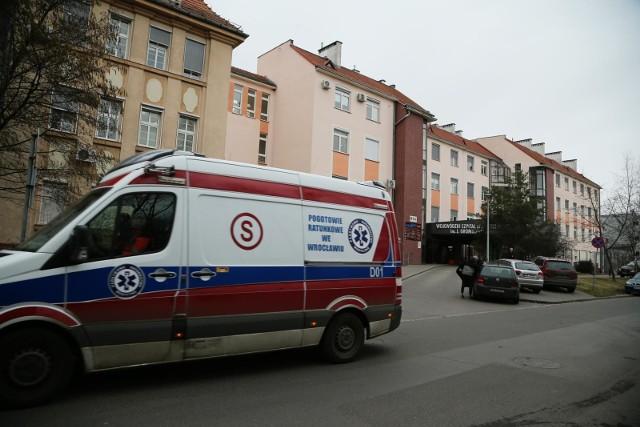 Do wrocławskiego szpitala przy ul. Koszarowej trafiają osoby, co do których jest podejrzenie,ze mogą być zarażone koronawirusem.