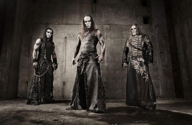"""Adam """"Nergal"""" Darski (w środku) wciąż bulwersuje"""