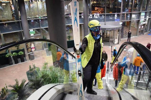 Protest narciarzy w Bielsku-Białej w Galerii Sfera - kilkanaście osób w pełnym rynsztunku narciarskim zjeżdżało ruchomymi schodami