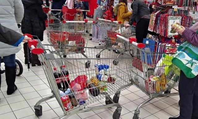 W których sklepach znanych sieci zakupy są najtańsze? Oto porównanie cen koszyka z zakupami zawierającego 50 standardowych produktów kupowanych na co dzień takich jak chleb, herbata, olej, jajka, banany, jabłka, masło, płyn do mycia naczyń itp. Za każdym razem kupowano te same produkty tych samych marek. Ceny pochodzą z okresu od 22 listopada do 7 grudnia 2019 r. w sklepach następujących sieci: Aldi, Auchan, Biedronka, Carrefour, Carrefour Express, Dino, E. Leclerc, Intermarche, Kaufland, Lewiatan, Lidl, Netto, Piotr i Paweł, Stokrotka, Tesco znajdujących się w Poznaniu. Zobacz, ile kosztują zakupy w poszczególnych sklepach---->