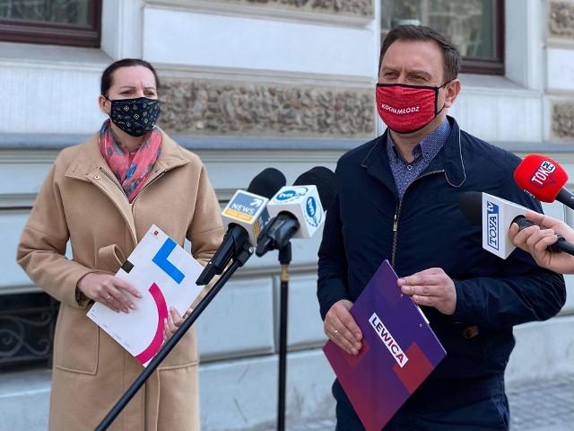 """We wtorek (20 kwietnia) poznaliśmy treść wniosku do prokuratury w sprawie podejrzenia popełnienia przestępstwa przez władze Łodzi. Skierowanie takiego wniosku zapowiedział Przemysław Czarnek, minister edukacji i nauki w rządzie PiS – po tym jak Małgorzata Moskwa-Wodnicka, wiceprezydent miasta (SLD-Nowa Lewica), zawiesiła dyrektora samorządowej szkoły w związku z tzw. """"zakazem błyskawic"""". Za to Tomasz Trela, łódzki poseł klubu Lewicy, pokazał w poniedziałek (19 kwietnia) kopię swojego zawiadomienia do prokuratury w sprawie ministra, który – zdaniem wnioskującego – miał stosować """"groźbę bezprawną"""" wobec wiceprezydent miasta. We wtorkowe popołudnie doszło do jeszcze jednego zwrotu w sporze. Kuratorium poinformowało, iż """"nie ma podstaw"""" do wszczęcia postępowania dyscyplinarnego wobec dyrektora przed specjalną komisją przy wojewodzie (co było powodem zawieszeniem dyrektora przez wiceprezydent).>>> Czytaj dalej przy kolejnej ilustracji >>> Na zdjęciu Małgorzata Moskwa-Wodnicka i Tomasz Trela"""