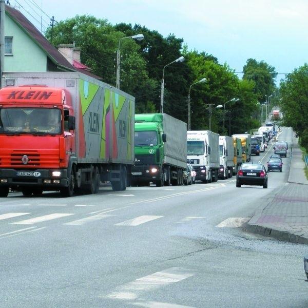 Tiry na drogach miasta stały się, niestety, powszechnym widokiem. Zakorkowały m.in. ul. Ostrowską.