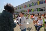 Koniec roku szkolnego 2019/2020 w Łodzi. Jak uczniowie odbierają świadectwa? Zdjęcia ze Szkoły Podstawowej nr 34 w Łodzi