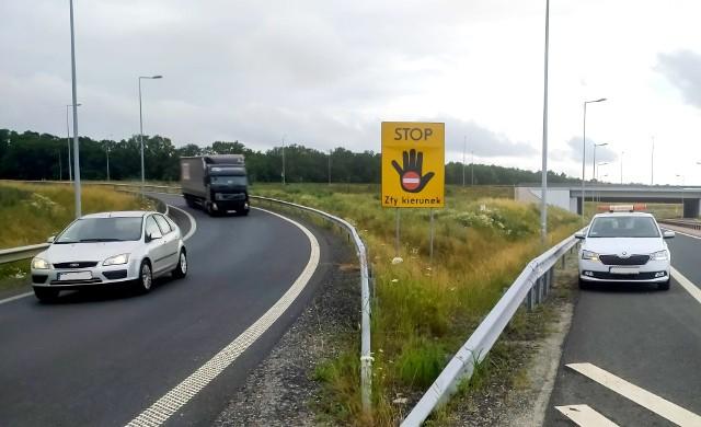 Nowe tablice są montowane przy wjazdach na drogi szybkiego ruchu