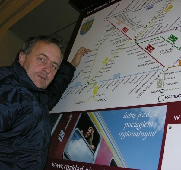 Waldemar Matkowski jest miłośnikiem kolei i wie, że pociągi do Nysy wracają. Ale na tej wielkiej mapie połączeń regionalnych na brzeskim dworcu nie ma śladu informacji o zmianach.