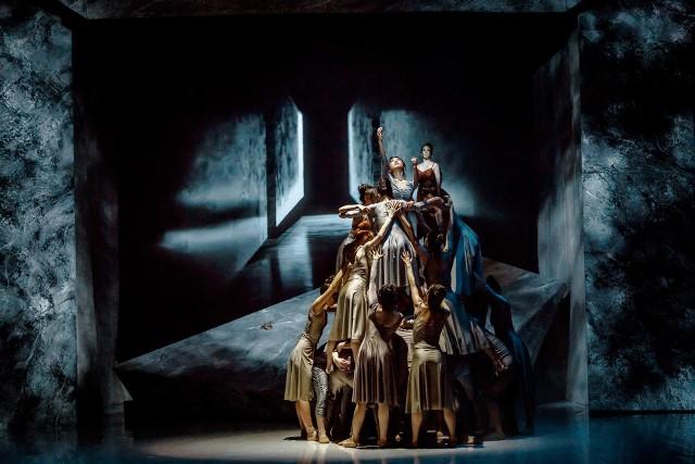 """""""Requiem d-moll"""" Wolfganga Amadeusza Mozarta - premiera 19 marca 2021 roku w Operze Śląskiej w Bytomiu.Zobacz kolejne zdjęcia. Przesuwaj zdjęcia w prawo - naciśnij strzałkę lub przycisk NASTĘPNE"""