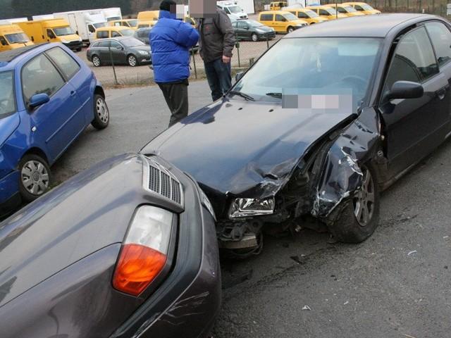 Na drodze krajowej nr 6, czyli Szczecin - Gdańsk, zderzyły się trzy samochody. Audi uderzyło w mercedesa, który skręcał w lewo do Tatowa. Pod wpływem uderzenia mercedes poleciał na volkswagena Lupo, który właśnie w tym czasie wyjeżdżał z Tatowa.