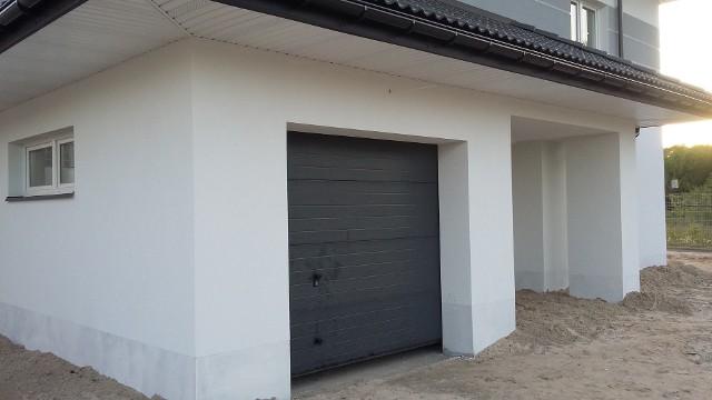 Garaż włączony w bryłę domu jest tańszy w budowie niż garaż wolnostojący.