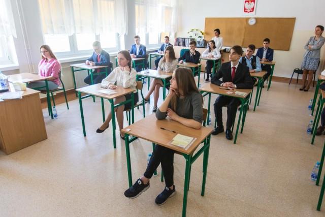 Egzamin gimnazjalny w 2019 roku zostanie przeprowadzony po raz ostatni. Na zdjęciu - drugi dzień egzaminu gimnazjalnego 2018 w Gimnazjum nr 77 w Gdańsku