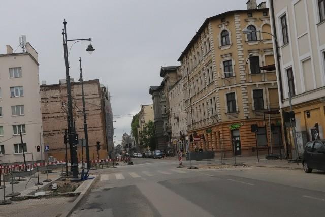 Remont ul. Rewolucji 1905 r. (tu widok ze skrzyżowania z ul.Kilińskiego) i ul. Próchnika ma zakończyć się do września.
