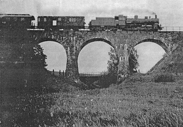Zburzony po wojnie kolejowy most
