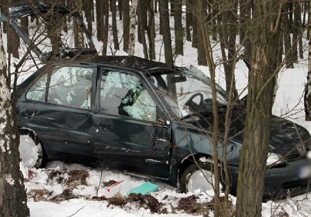 Kierowca peugeota został zabrany do szpitala.