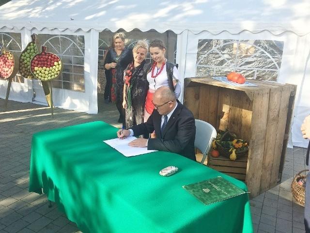 Minister Marek Sawicki podczas podpisania rozporządzenia w gospodarstwie Aliny Paluch.