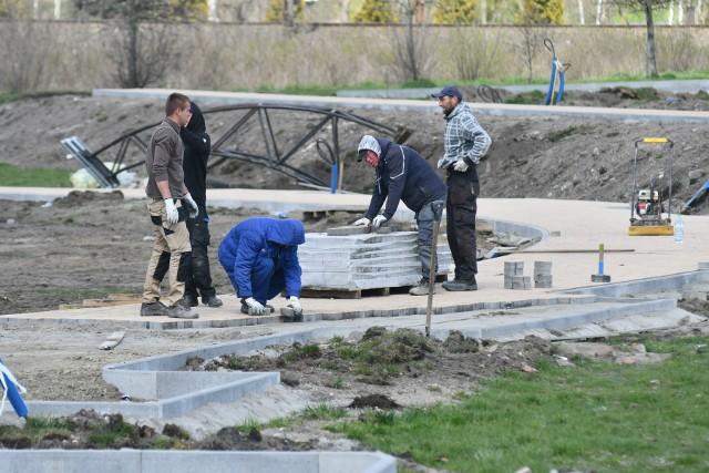 W centrum Kostrzyna nad Odrą trwają prace przy budowie nowego parku. Powstanie on na terenach rekreacyjnych w sąsiedztwie amfiteatru.